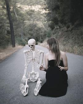 Femme, séance, route, regarder, artificiel, squelette
