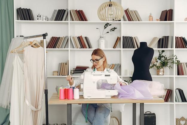 Femme, séance, studio, coudre, tissu