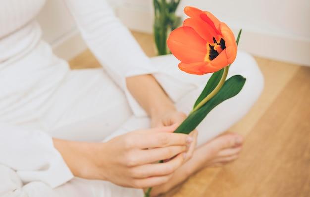 Femme, séance, tulipe, plancher