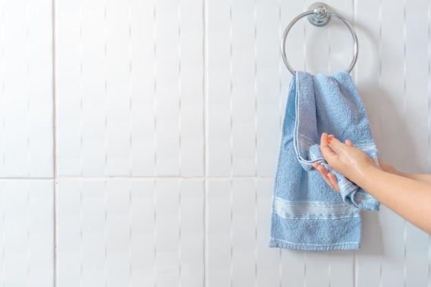 Femme séchant les mains avec une serviette