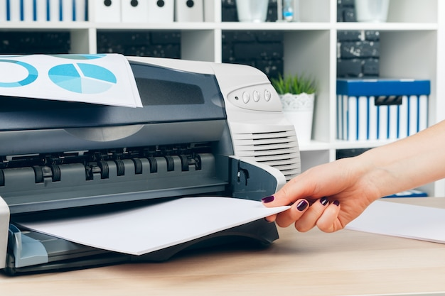 Femme secrétaire faisant des photocopies sur une machine xerox au bureau