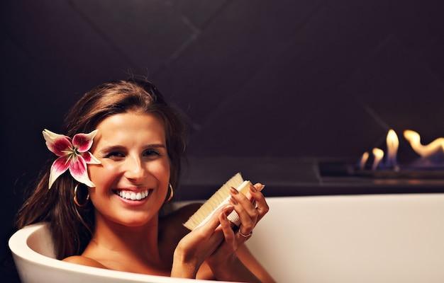 Femme Séduisante Adulte Se Détendre Dans Une Baignoire Avec Cheminée En Arrière-plan Photo Premium