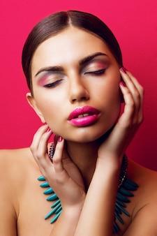 Femme séduisante avec de grandes lèvres roses sexy et les yeux fermés