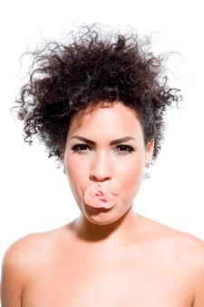 Femme seins nus sexy avec bulle de chewing-gum, portrait en studio