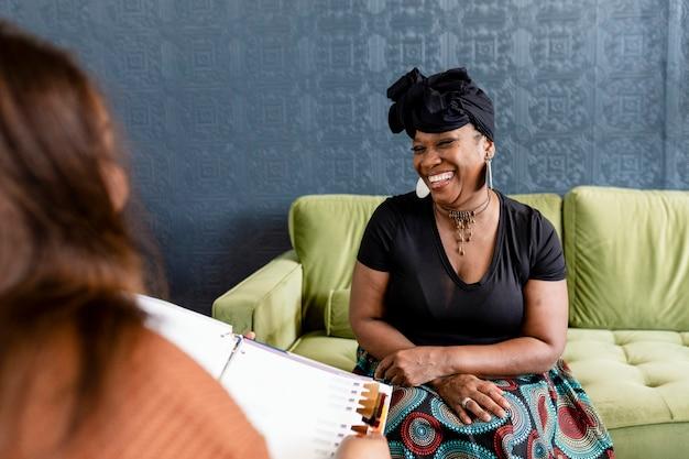 Femme sélectionnant ses nouveaux cheveux avec la conseillère en beauté