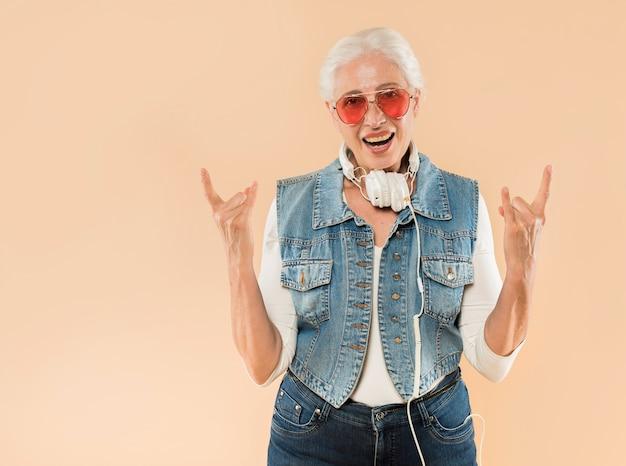 Femme senior cool avec des lunettes de soleil