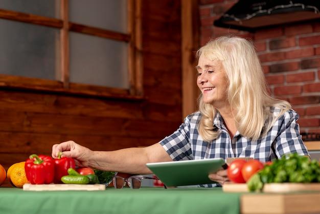 Femme senior faible angle dans la cuisine