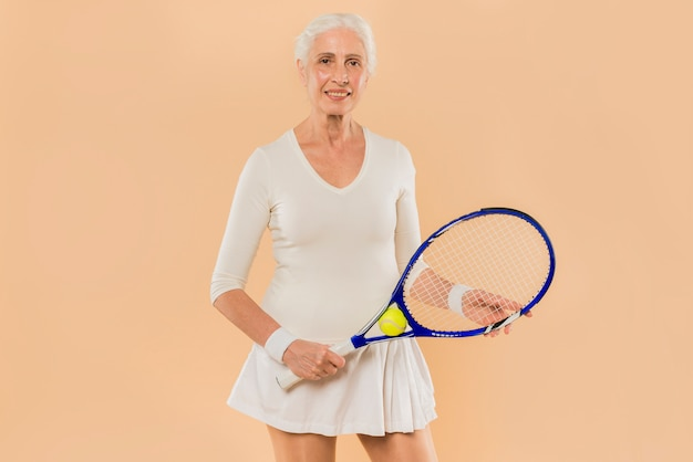Femme senior moderne jouant au tennis