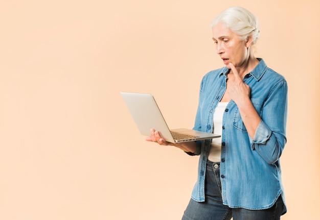 Femme senior moderne avec ordinateur portable