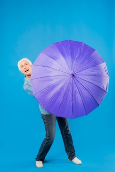 Femme senior moderne avec parapluie
