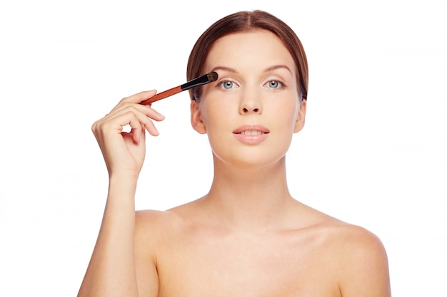 Femme sensuelle application de maquillage
