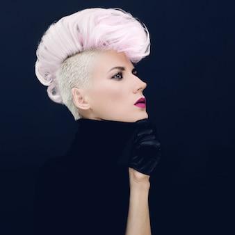 Femme sensuelle avec une coiffure à la mode tendance des cheveux colorés