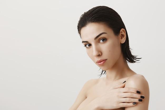 Femme sensuelle debout nue après la douche