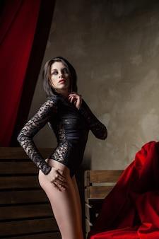 Femme sensuelle portant de la lingerie noire sexy