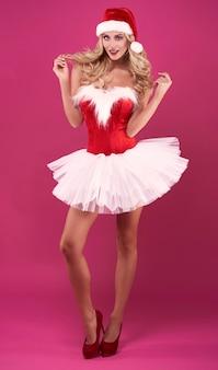 Femme sensuelle posant sur fond rose