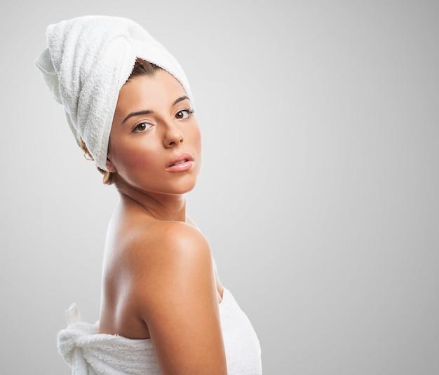 Femme sensuelle avec une serviette sur la tête
