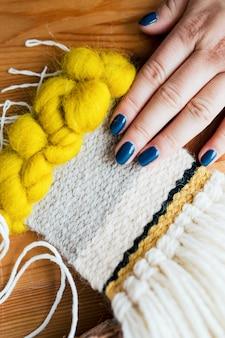 Femme sentant le tricot