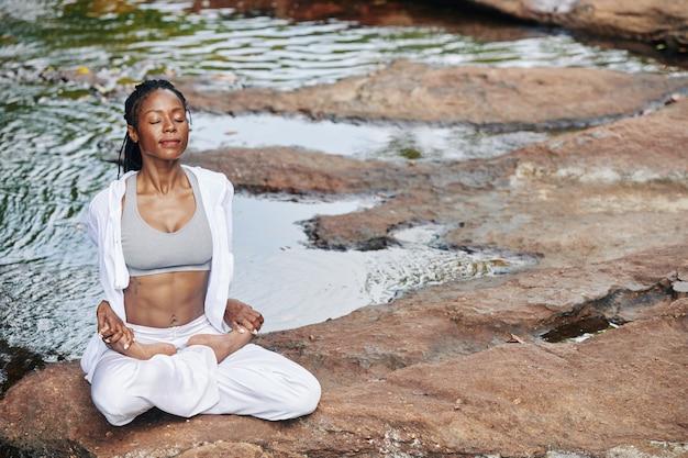 Femme sereine en méditation