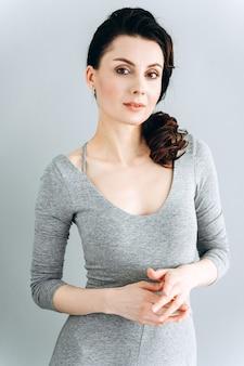 Femme sérieuse et confiante regardant directement dans la caméra, posant