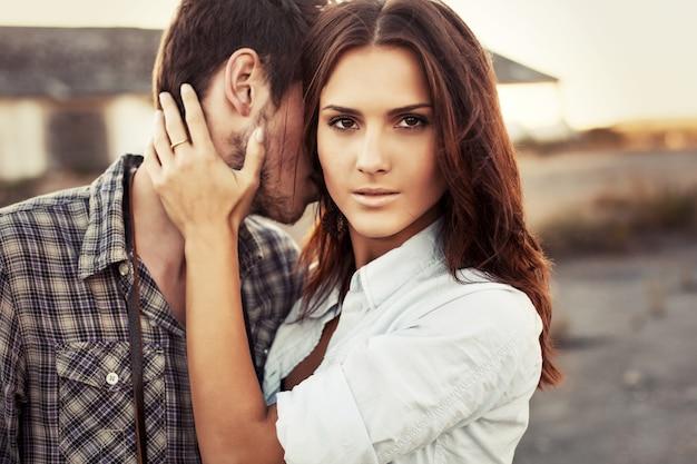 Femme sérieuse avec la main sur le cou de son petit ami