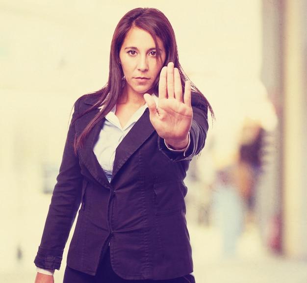 Femme sérieuse avec une main devant le corps