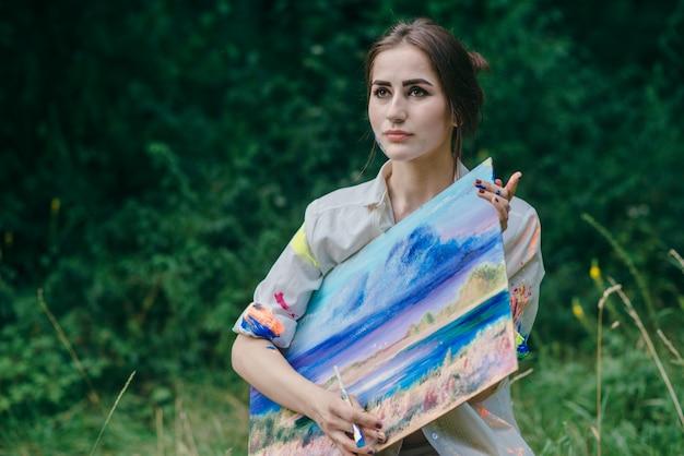Femme sérieuse tenant une photo avec les deux mains