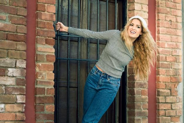 Femme serrant la porte d'une porte