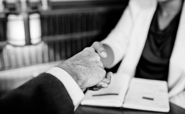 Femme, serrer main, à, partenaire affaires