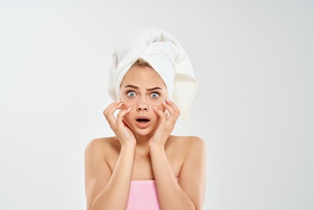 Femme avec une serviette sur ma tête acné sur le visage bouton gros plan studio. photo de haute qualité