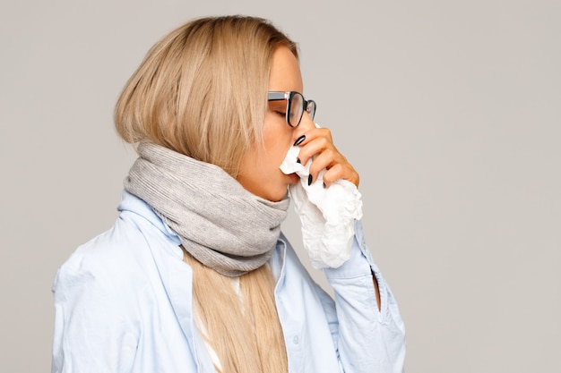 Femme, serviette, souffler, nez, allergique, rhinite chronique