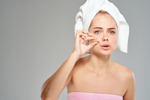 Femme avec une serviette sur la tête épaules nues gros plan du visage. photo de haute qualité