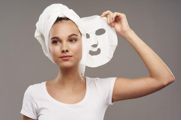 Femme avec une serviette sur la tête masque facial soins de la peau