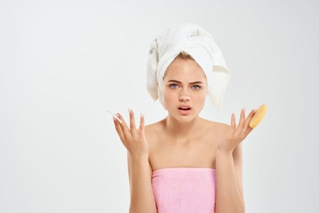 Femme avec une serviette sur la tête des tampons de coton santé hygiène libre