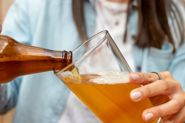Femme, servir, bière, verre, tasse