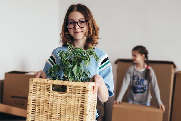 Une femme et ses filles emménagent dans une nouvelle maison.