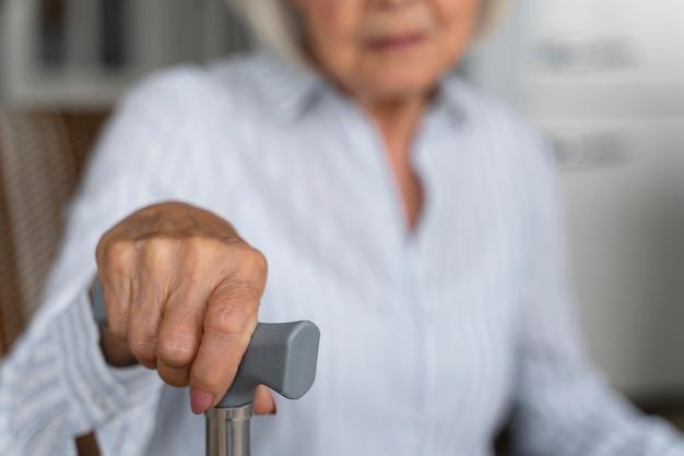 Une femme seule confrontée à la maladie d'alzheimer