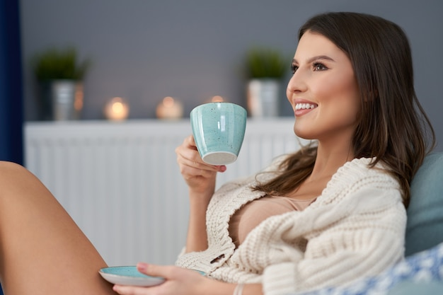 Femme sexy adulte se détendre à la maison