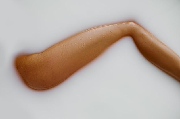 Femme sexy allongée dans le bain avec du lait, vue sur la jambe. personne de sexe féminin dans la baignoire, soins de beauté et de santé au spa, traitement de bien-être dans la salle de bain