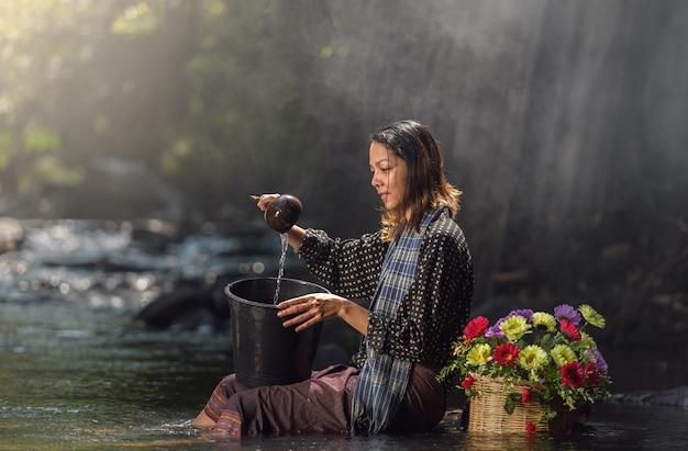 Femme sexy asiatique en cascade, thaïlande