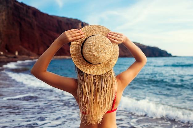 Femme sexy en bikini se détendre sur la plage
