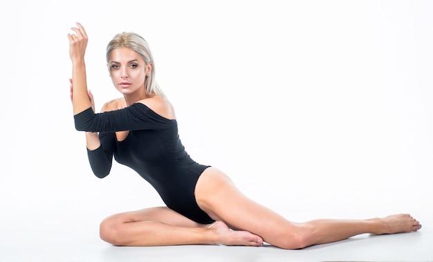 Femme sexy en body avec une longue peau de jambe lisse isolée sur blanc, épilation.