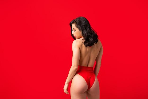 Femme sexy avec un corps sensuel faisant des poses érotiques - jolie fille en sous-vêtements