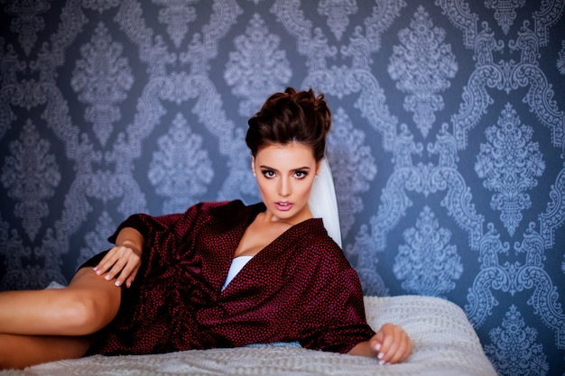 Femme sexy dans le lit