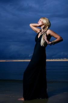 Femme sexy et luxe sur le coucher du soleil