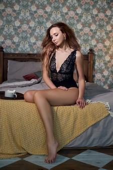 Femme sexy posant à la maison, silhouette parfaite, corps mince. une femme amoureuse
