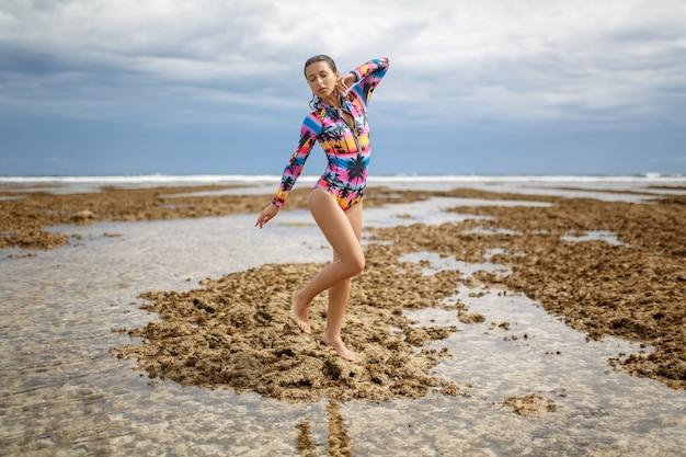 Femme sexy posant à la plage de l'océan.