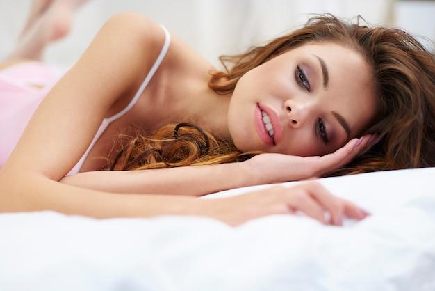 Femme sexy se détendre dans le lit
