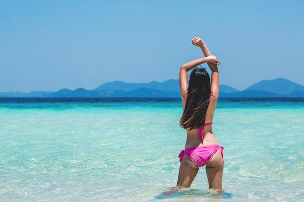 Femme sexy se détendre sur la plage tropicale