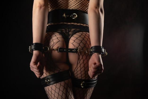 Femme sexy en tenue bdsm beauté femme avec un corps attrayant en lingerie cul féminin en sous-vêtements
