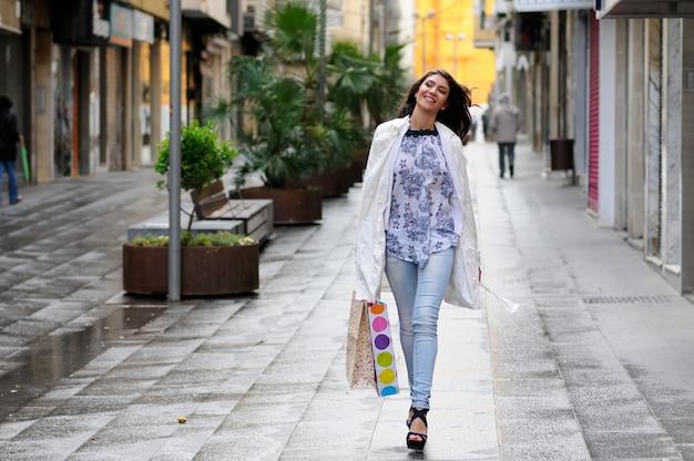 Femme shopaholic dans une journée froide